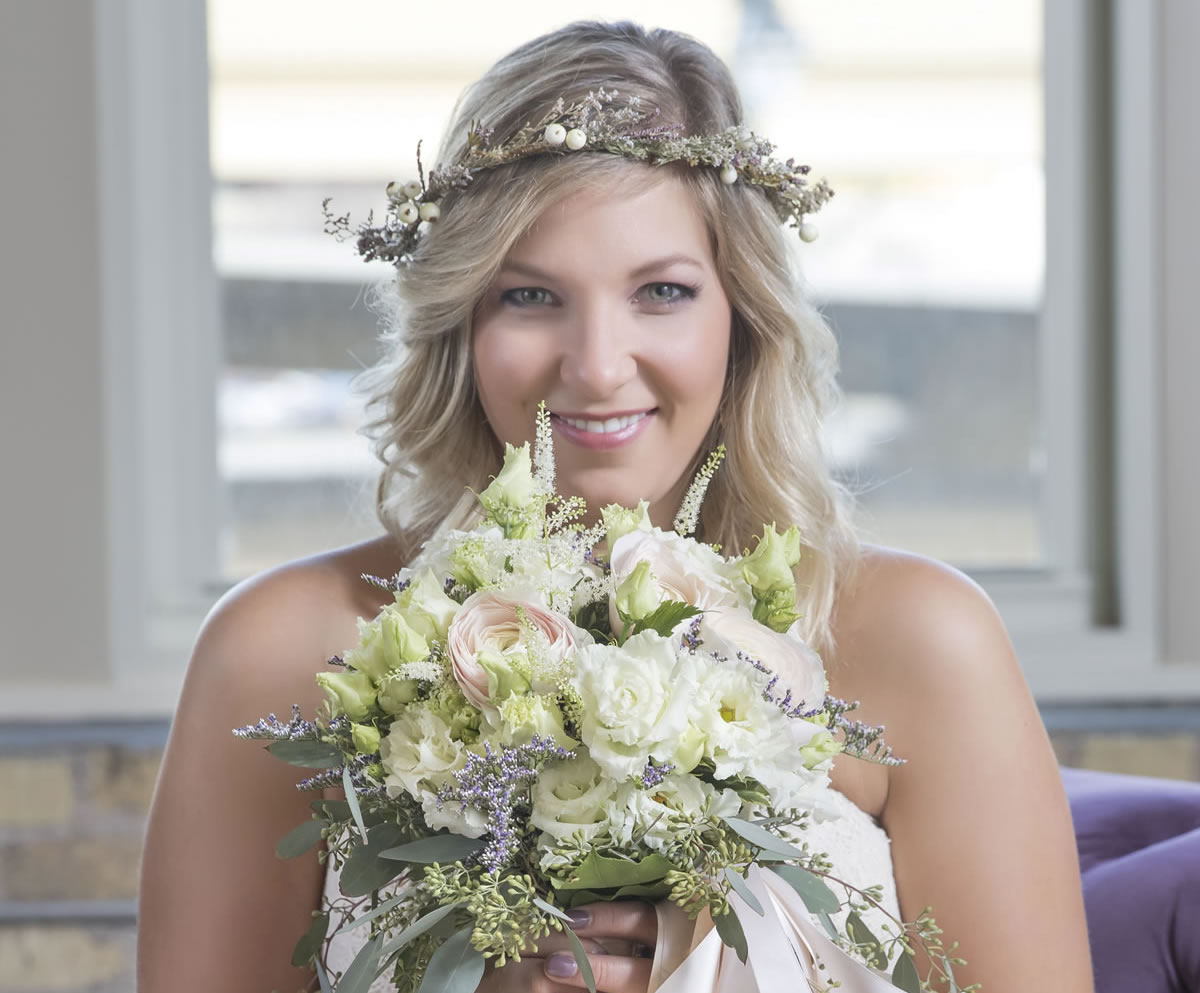 18 Beautiful Reasons To Show Your Florist Your Wedding Dress